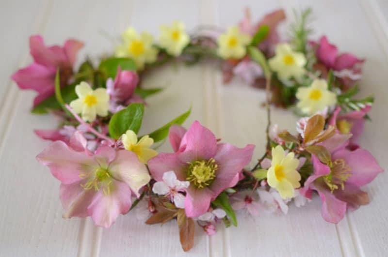 corona-de-flores-amarillas-y-rosas