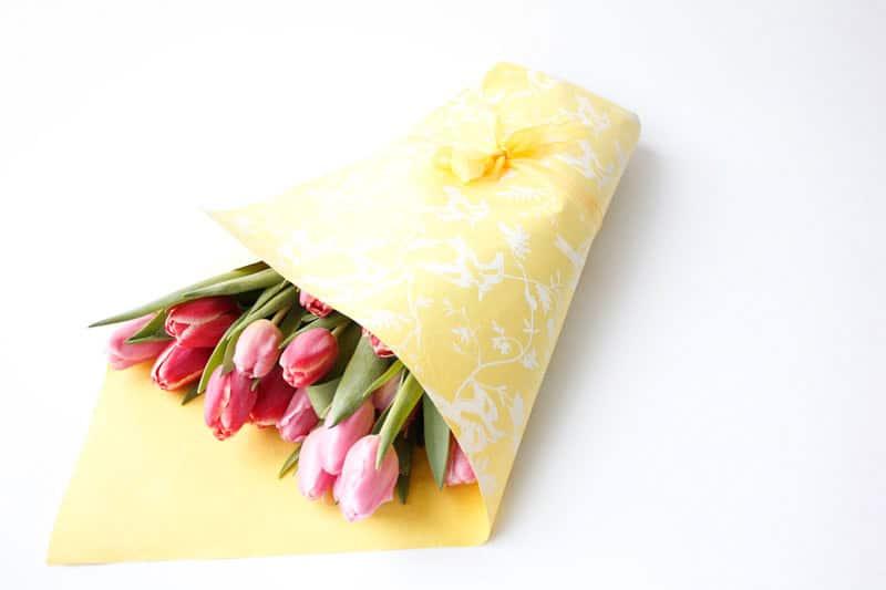 MG_5975-como-empacar-ramo-flores-con-papel-regalo